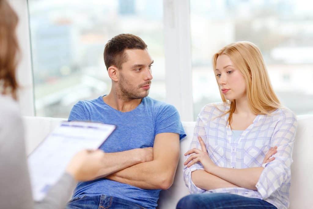 Casal incentivando um terapeuta sexual para a EP